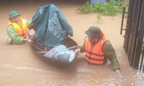Hà Tĩnh: Hàng loạt hồ đập xả tràn, khẩn cấp sơ tán dân