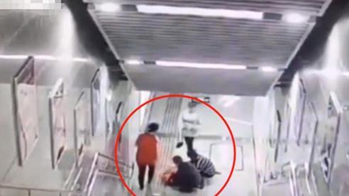 Mải mê chơi điện thoại, cô gái trượt hơn 20 bậc thang rồi đập đầu xuống đất, đoạn clip ghi lại hình ảnh ấy khiến ai nhìn cũng sợ