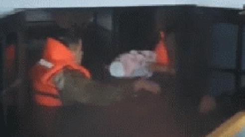 Khoảnh khắc bé sơ sinh được giải cứu khỏi ngôi nhà ngập giữa biển nước lũ: Tiếng khóc khiến tất cả xót xa