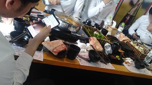 Đi ăn mừng 20/10 ở quán lẩu, nhóm bạn trẻ suýt 'ngất' khi được phục vụ toàn rau với mì tôm, chờ 'mốc miệng' vẫn không có thịt