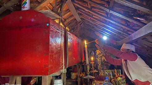 Xót xa quan tài mẹ già treo trên nóc nhà 5 ngày chưa đem chôn do lũ: Tang lễ qua mái ngói...