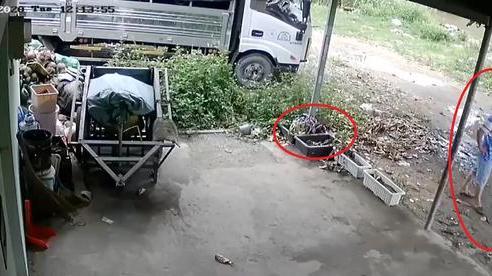 Clip: Pha trộm áo mưa 'cồng kềnh' của người đàn ông khiến chủ nhà check camera cũng sốt ruột