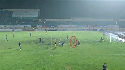 Trọng tài Việt Nam sai sót, hay cuộc chơi bị thao túng?