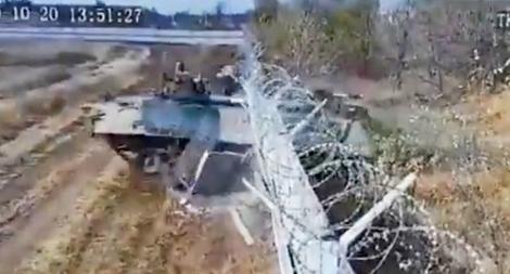 Lính Nga say rượu lái thiết giáp húc đổ tường sân bay quốc tế