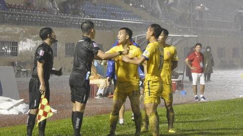Trọng tài V.League bị kỷ luật: 'Tôi không dám liên hệ xin lỗi Nam Định, sợ họ mắng chết'