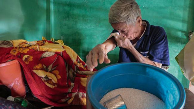 Quảng Bình: Ông lão rơi nước mắt ngồi ôm hũ gạo không dám ăn, liều mình bám trụ lại nhà trông coi tài sản giữa những ngày đỉnh lũ