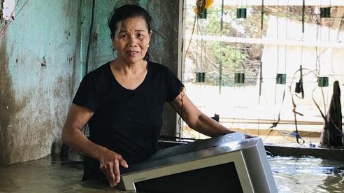 Người phụ nữ lớn tuổi lao vào dòng nước lũ ngay trong nhà, ôm chặt chiếc ti vi còn sót lại khóc nức nở
