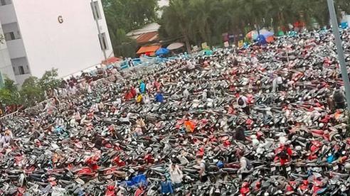 Nghẹt thở cảnh xe máy la liệt ở bãi giữ xe trường đại học: Sinh viên đi học sớm 30 phút nhưng mất cả tiếng để vào được trường