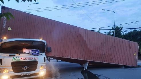 Bình Dương: Lật thùng container trong lúc quay xe, tài xế tử vong thương tâm