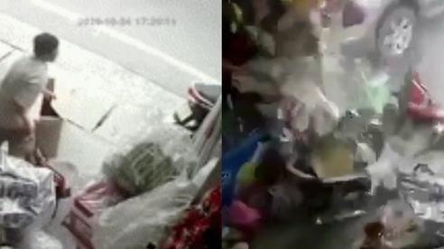 Khoảnh khắc kinh hoàng khi ô tô 'lao như tên bắn' vào nhà dân, hất văng cả người phụ nữ ngồi trên xe máy đứng bên đường ở Quảng Ngãi