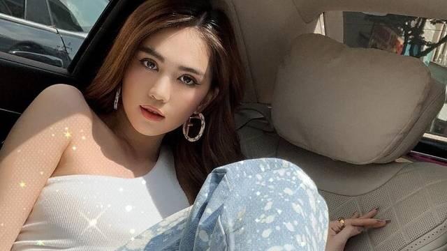 Ngọc Trinh 'ngầu đét' với style hip hop, quần rộng loang lổ tại sân bay