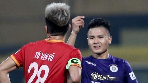 Quang Hải đòi trọng tài rút thẻ phạt cho bạn cũ ở U23 Việt Nam sau pha phạm lỗi nguy hiểm