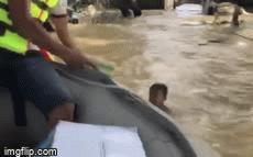 Xót xa hình ảnh bé trai bơi giữa dòng nước lũ nhận đồ cứu trợ và hành động đẹp của anh bộ đội khiến ai cũng ấm lòng