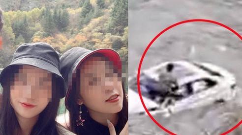 Nhóm bạn 3 người tự lái xe đi du lịch bất ngờ bị rơi xuống sông, hình ảnh ghi lại cảnh tượng này khiến ai cũng hoảng sợ