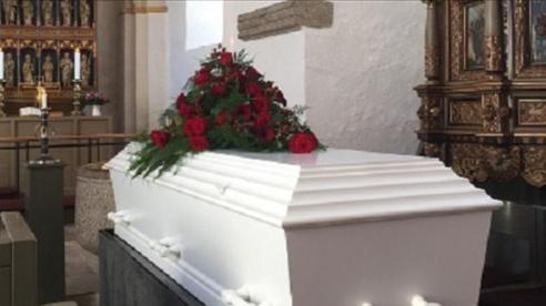 Bị sinh non và tuyên bố đã chết, cặp song sinh bất ngờ sống lại ngay trong tang lễ