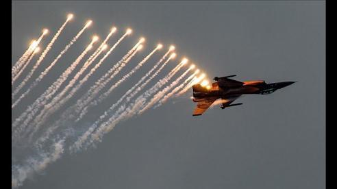 Tiêm kích F-16 Mỹ bắn pháo sáng cảnh báo máy bay lạ xuất hiện gần điểm vận động của Tổng thống Trump