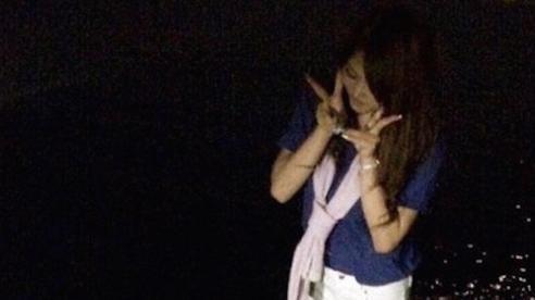 Tưởng bình thường, nào ngờ bức ảnh cô gái bên bờ biển đêm này lại có một chi tiết kỳ quái khiến người xem lạnh gáy