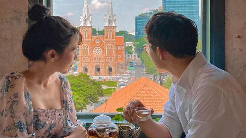 Quy định khắt khe của quán cà phê có ô cửa sổ hot nhất Sài Gòn hiện tại: Chỉ nhận khách đặt bàn từ trước, trên đường lên quán không được chạm, không được chụp ảnh!