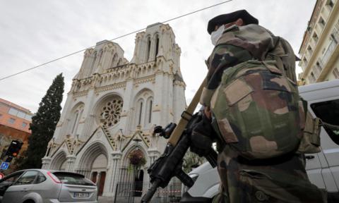Pháp báo động an ninh mức cao nhất sau vụ tấn công, chặt đầu