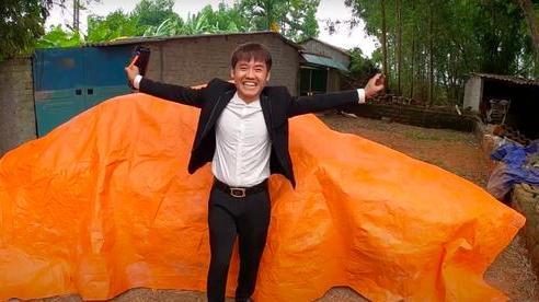 Sau loạt lùm xùm phải nộp phạt, Hưng Vlog khoe mua xe 4 tỷ, tuyên bố với bà Tân: 'Con đầy tiền'?