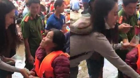 Xúc động trước khoảnh khắc Thủy Tiên vội vàng dúi thêm tiền vào tay người phụ nữ nghèo