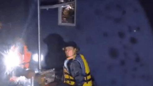 Nước ngập đến mái nhà, đội cứu hộ xuyên đêm dỡ ngói cứu người khỏi lũ