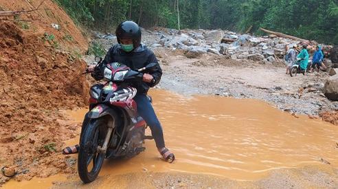 Mưa lớn khiến nhiều nơi ở Trà Leng sạt lở trở lại, đưa chuyên gia địa chất đến hỗ trợ tìm người mất tích