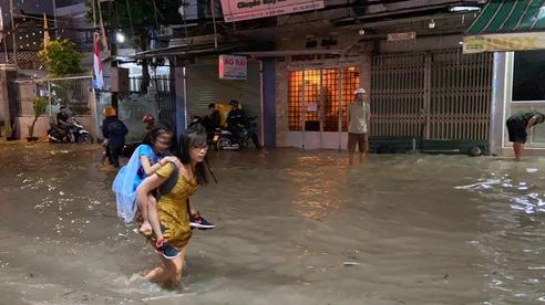Ảnh: Đường Sài Gòn lại ngập hơn nửa bánh xe, dân vội vã đóng cửa nghỉ bán vì nhà thành hầm chứa nước