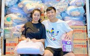 Bùi Tiến Dũng giúp Khánh Linh chuẩn bị hàng trăm suất quà gửi về quê nhà cứu trợ