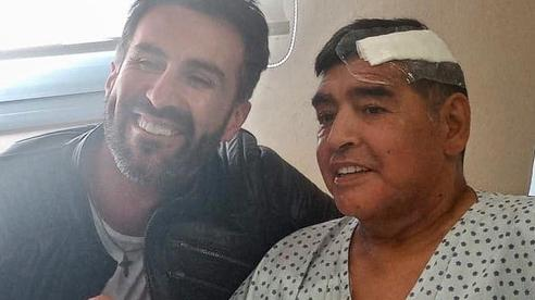 Bác sĩ riêng phải xin lỗi gia đình Maradona vì đăng ảnh chụp chung với 'Cậu bé vàng'