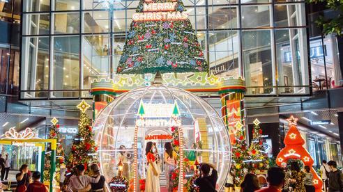 Còn gần 1 tháng mới tới Giáng sinh nhưng nhiều trung tâm thương mại Sài Gòn đã trang hoàng lộng lẫy: Chỗ thì đông đúc, nơi lại vắng lạ thường