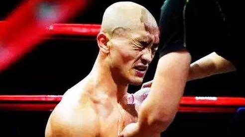 Yi Long gây sốc khi đòi tự trói tay chân rồi tỉ thí, nếu thua sẽ gọi đối thủ bằng bố