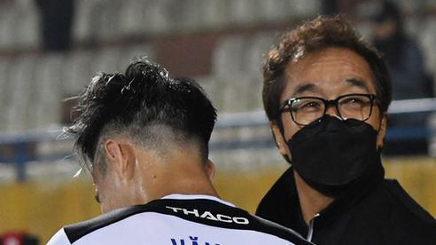 Nhận là 'con trai' trợ lý Lee Young-jin, Văn Toàn bị dọa cho chạy 25 vòng làm mẫu khi lên ĐTQG
