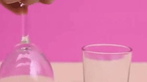 Mách bạn chiêu ảo thuật: Làm sao di chuyển hòn bi ve trong ly rượu úp ngược mà không rơi?