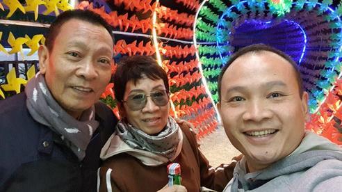 Gia đình 3 người của nhà báo Lại Văn Sâm chụp ảnh chung, nhan sắc phu nhân kín tiếng lập tức gây chú ý