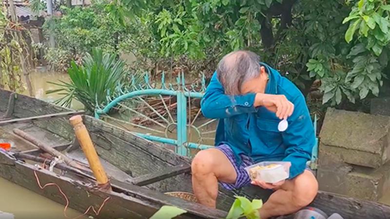 Quảng Bình: Cụ ông bật khóc khi nhận được hộp cơm nóng hổi sau 5 ngày lũ vùi đói cồn cào