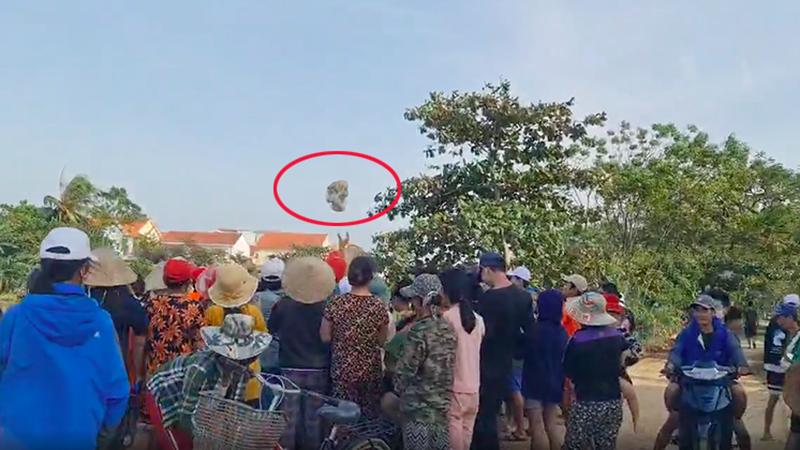 Nhóm từ thiện đứng trên thuyền tung quà cứu trợ cho bà con trên bờ, ai nhặt được nhiêu thì nhặt