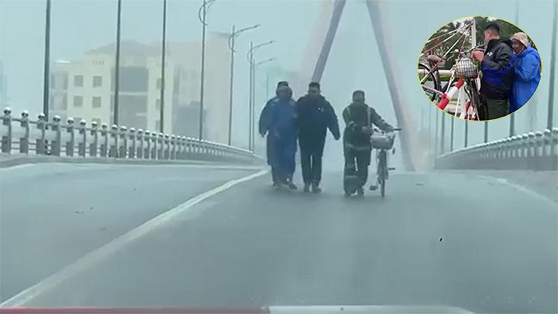 Ứng cứu người đàn ông lái xe đạp bị gió thổi bay, không thể đứng vững khi đi qua cầu sông Hàn