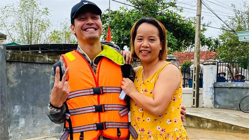 MC Phan Anh 'líu lo' bên cô gái Huế, nhưng không quên cập nhật tình hình cứu trợ tại miền Trung