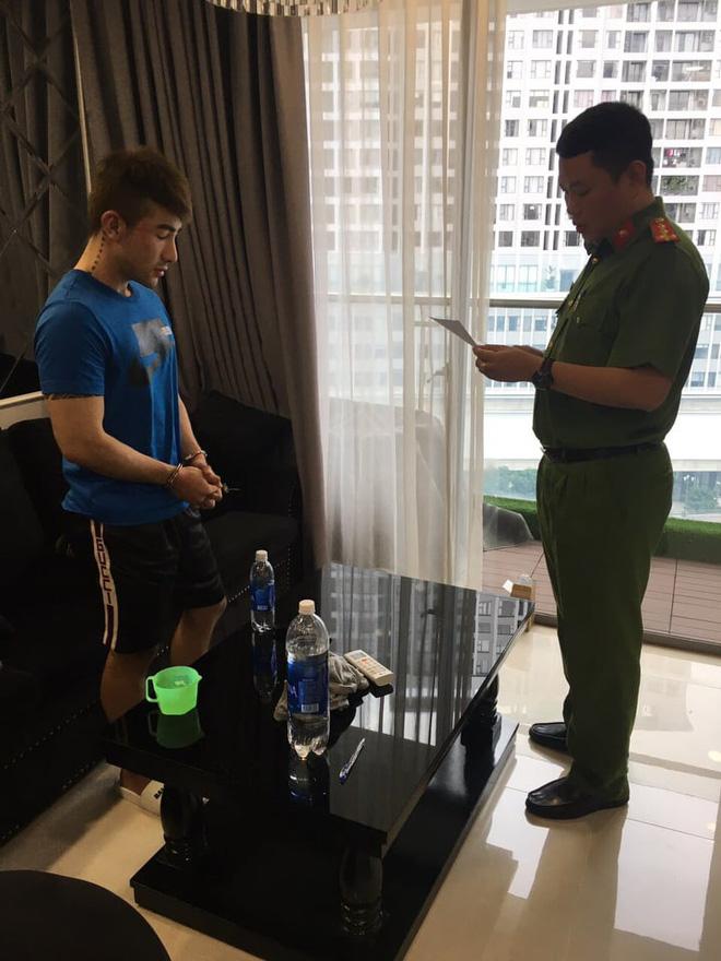 Công an có mặt tại căn hộ cao cấp của 'tú ông' Lục Triều Vỹ.