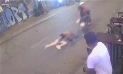 Camera an ninh ven đường ghi nhận lại cảnh cướp giật kéo lê cô gái trên đường