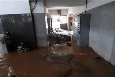 Bên trong nhà máy thủy điện, đất đá tràn ngập hết các thiết bị vận hành