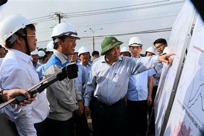 Thủ tướng Nguyễn Xuân Phúc cùng đoàn công tác của Chính phủ thị sát vùng dự án sân bay Long Thành sáng 21-7