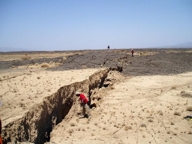 Vết nứt dài 35 dặm trên sa mạc Ethiopia đột nhiên xuất hiện vào năm 2005