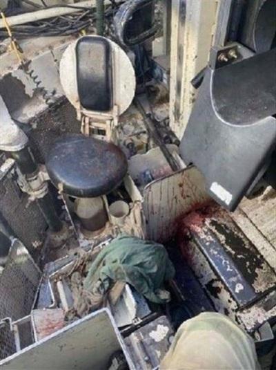 Tháp pháo trên xe tăng trúng đạn bị hỏng nặng với vết máu loang lỗ - Ảnh: Instagram/Onefattanker