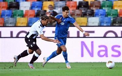 Ronaldo bị các hậu vệ Udinese phong tỏa chặt