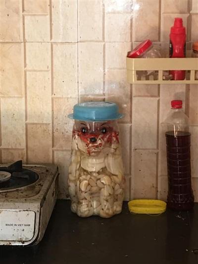 Lọ tỏi ngâm 'giận dữ' trong bếp.