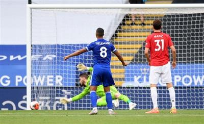 Youri Tielemans suýt ghi bàn cho Leicester