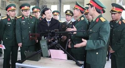 Nguyên Chủ tịch nước Trương Tấn Sang nghe giới thiệu súng máy PKMS nhân dịp tới thăm, kiểm tra và động viên cán bộ, nhân viên Nhà máy Z111 - Tổng cục CNQP. Ảnh: Quân đội nhân dân.