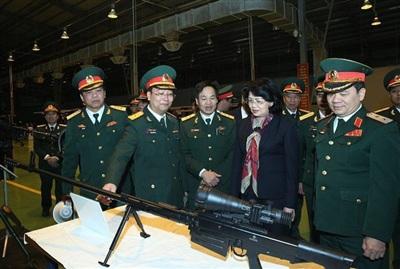 Súng bắn tỉa OSV-96 do Việt Nam sản xuất được giới thiệu với Phó Chủ tịch nước Đặng Thị Ngọc Thịnh. Ảnh: Tạp chí Công nghiệp quốc phòng và Kinh tế.
